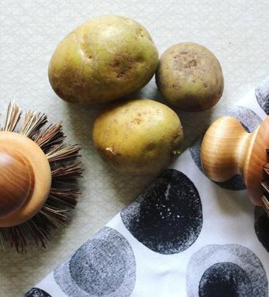Drewniana szczotka do mycia warzyw ROUND VEGETABLE BRUSH WITH BIRCH KNOB