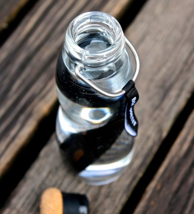 Butelka szklana na wodę z filtrem z węgla białego w pokrowcu EAU GOOD 650 ml Czarna